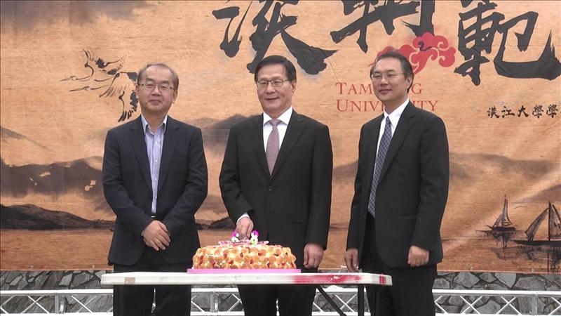 淡江學生會贈送學校68歲生日蛋糕(左起:張百誠總教官、葛煥昭校長、林俊宏學務長)