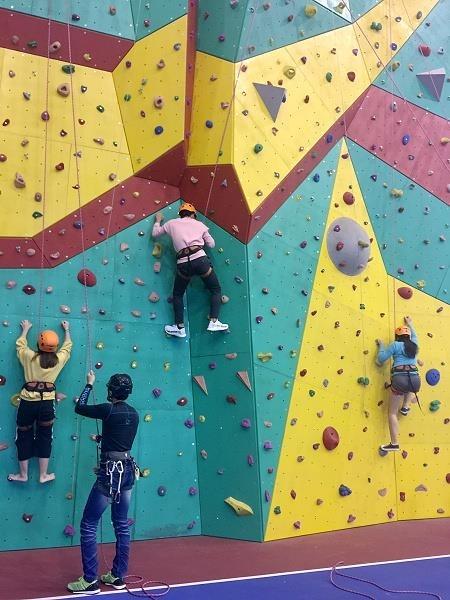 蘭陽師生嘗試攀岩活動,學習登山攀爬的技巧並養成克服困難的精神。