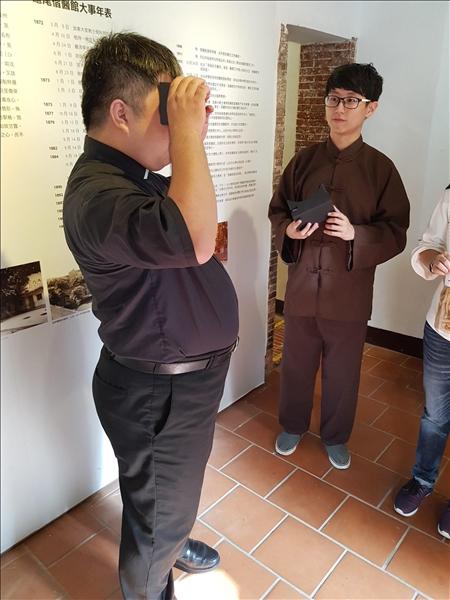 淡水長老教會鄭浚豪牧師使用VR體驗馬偕博士行醫拔牙的虛擬實境
