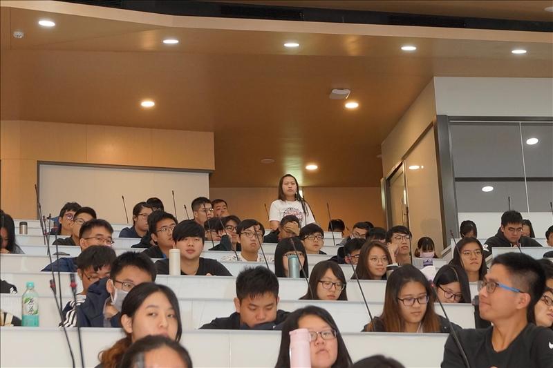 107年11月26日舉辦第2場「熊貓講座」,同學現場提問(2)。(馮文星拍攝)