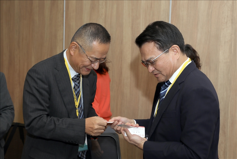 山口大學教育學部吉村誠教授(左)與本校何啟東學術副校長(右)互相交換名片