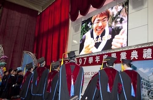 本校97學年度畢業典禮在淡水校園紹謨紀念體育館舉行,校長以「淡江最正‧品質保證」祝願畢業生振翼高飛,鵬程萬里。畢業生帶著師長滿滿的祝福邁向人生另一個重要里程碑。