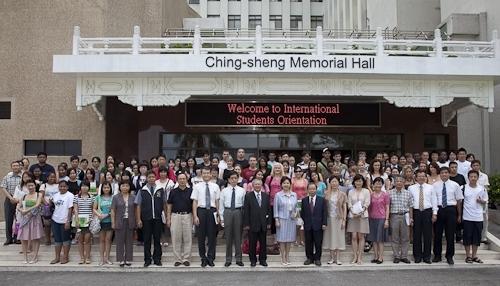 國際交流暨國際教育處舉辦外國學生新生說明會,來自世界各地的交換生與留學生齊聚一堂,聽取相關單位業務說明,及早適應淡江學習生涯。