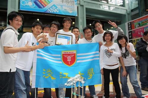 本校學生組團參加「全國多米諾骨牌邀請賽」,以優異的創新能力,設計精彩的骨牌「方城大戰」,3千多張骨牌全數推倒,自參賽隊伍中脫穎而出,勇奪冠軍。