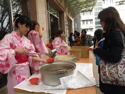 本校日本語文學系在外語大樓前廣場舉行「忘年會」,精采的日本傳統舞蹈「阿波舞表演」及「日本新年文化--搗麻糬大會」,讓全校教職員生提前感受新年氣氛並體驗異國文化。