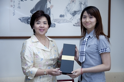 本校張校長親自接見日前參加「2009世界盃電腦應用技能競賽」,勇奪MCAS Excel世界冠軍的統計系劉文琇校友,特別嘉勉她在國際舞台上為國爭光。