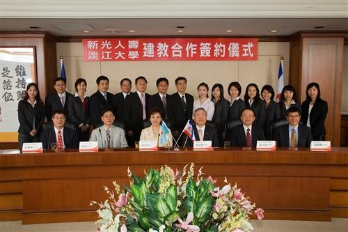 98年6月9日上午本校與新光人壽簽訂建教合作協議。