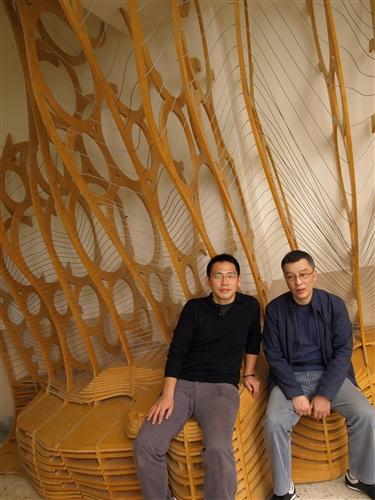 土木系博士班建築組四年級學生陳宏銘及建築系校友李振嘉共同設計的「樓梯間的休憩裝置」,榮獲美國Form-Z全球聯合學習計畫數位製造類首獎,並為台灣唯一得獎的學校。