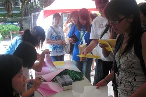 「2009年海外華裔青年語文研習班」活動自7月7日至8月17日在本校淡水校園熱鬧展開,提供全球華裔青年學習華語與認識台灣的最佳途徑。
