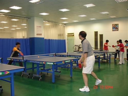 體育室於10月下旬起開設一、二級主管的桌球、羽球、游泳等體育課程,期望藉由主管熱情的參與,帶動校園運動風潮,以打造本校成為活力校園。