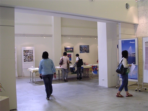 歐洲聯盟研究中心於本週在黑天鵝展示廳舉辦「瑞士漫畫展暨歐洲主題講座」,展出瑞士漫畫家作品,藉由「漫畫」看出瑞士的藝術風格,也更了解歐洲國家的思想、文化。