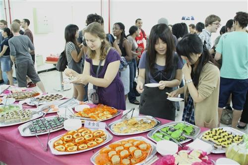 本校國際交流暨國際教育處舉辦外籍生中秋餐會,外國學子齊聚一堂,吃月餅、戴柚子帽,體驗中國傳統文化並解思鄉之愁。