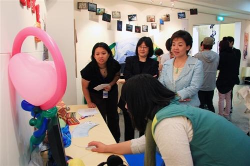 資訊傳播學系第八屆畢業成果展「喂!你瘋了媒!」,於本週在淡水校園黑天鵝展示廳熱鬧登場。