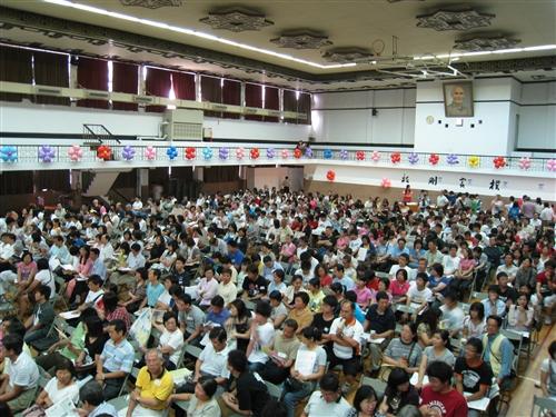 為使新生和家長及早瞭解學校特色與未來的學習、生活環境,本校校友服務暨資源發展處於8月中在全台各縣市舉辦共11場新生暨家長座談會,協助將在五虎崗上求學、開創青春歲月的新生踏出成功的第一步。