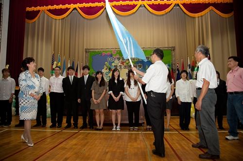 本校101學年度學生出國留學暨國際青年大使交流團授旗出發。