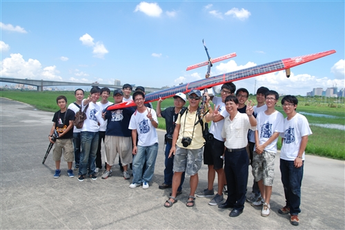 航太系研發成功國內首架太陽能動力無人飛機「鸑鷟」號。