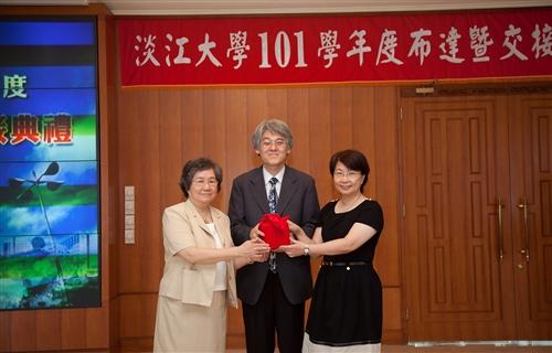 本校舉行101學年度單位主管布達暨交接典禮。