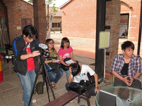 資傳系學生展現學習成效--拍攝《黏稠的記憶》。