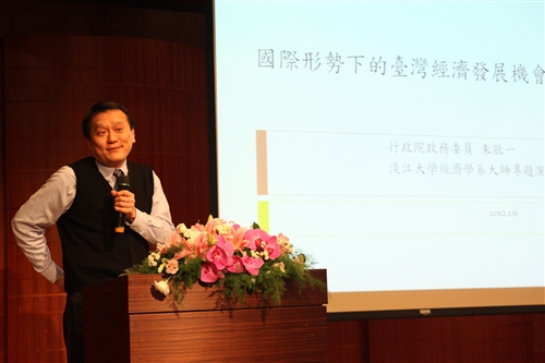 朱敬一院士蒞臨本校演講談台灣經濟發展機會。