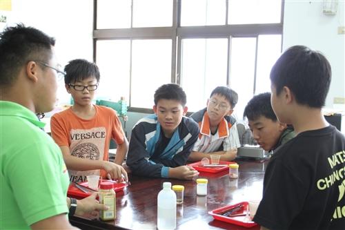 化學趴趴走-走到馬祖教導學童動手做實驗。