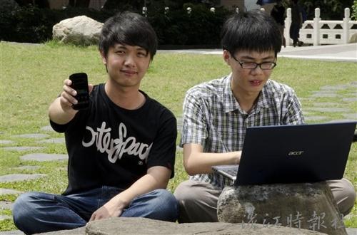 大一生戴佑軒、顏均安結合技術與創意開發淡江專屬App軟體。