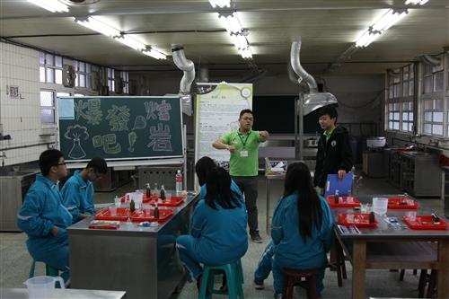 本校行動化學車趴趴走萬里行,第三度下鄉協助推動偏鄉科學教育。