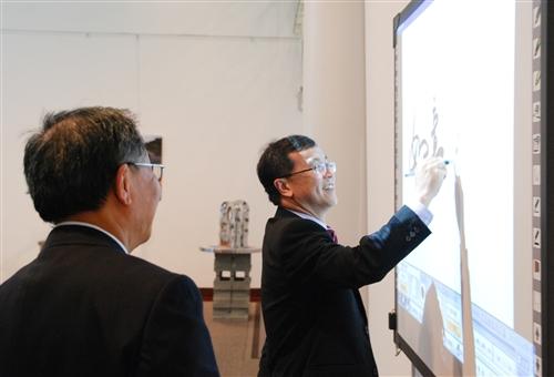 馬來西亞校友陪同該國高等教育部副部長何國忠蒞校參訪。