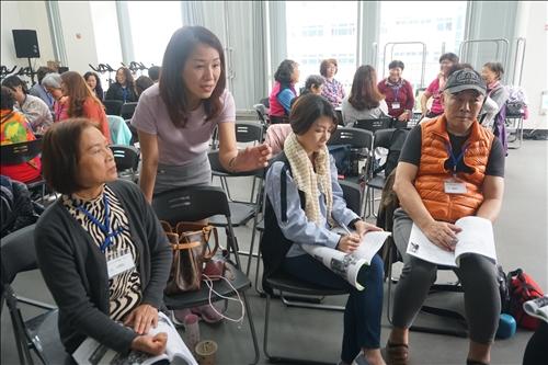 講師也一一到各組與學員進行討論