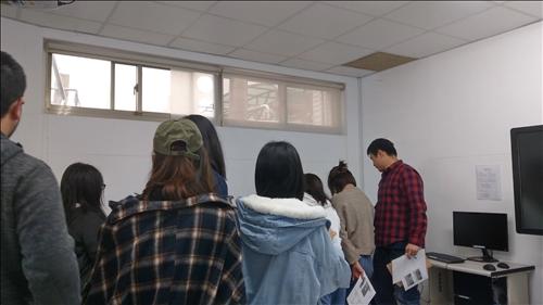 學員關注自己作品生產過程2