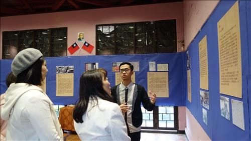 導覽同學與參加老師介紹展覽內容