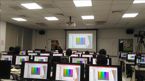 講師說明如何為簡報挑揀顏色