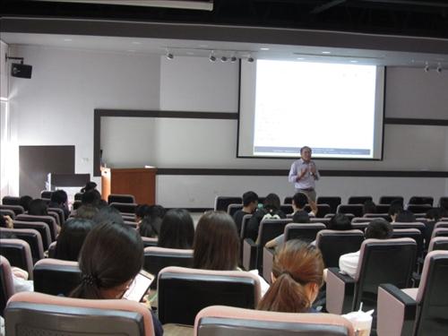 結合通識課程,建甫老師引言及介紹生命教育主題、講師