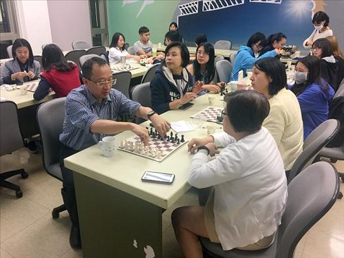 各自組隊體驗西洋棋。