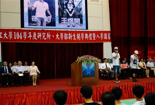 新生開學典禮暨入學講習,師長引領新生登克難坡。