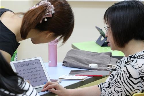 中心華語教師積極參與練習。