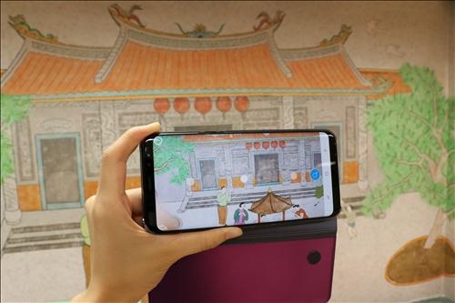 在淡江華語中心的情境文化教室體驗AR結合文化教學。
