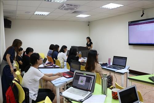 老師們專心學習Google classroom如何用在華語教學的課堂上。
