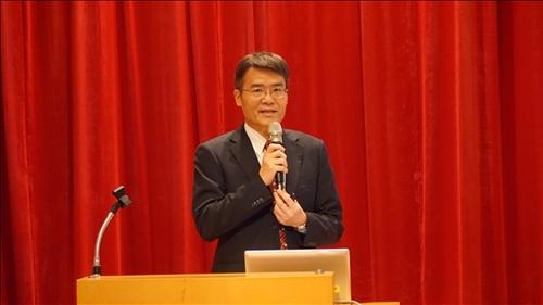 劉艾華院長進行大三出國準備進度及注意事項說明。