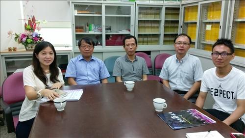 薛雅慈老師與高中老師討論課程合作的合照