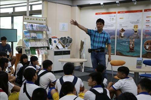 李其霖老師進行石滬文化的導覽介紹