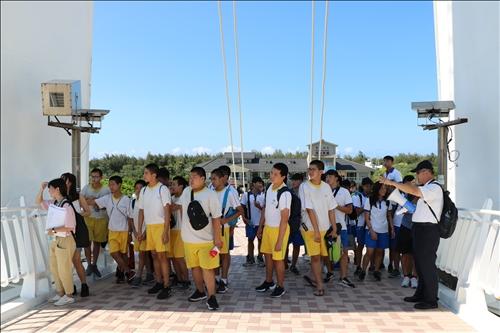 學員在漁人碼頭聆聽台北航運公司蔡凱瑞副理解說遊艇