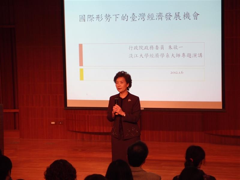 本校商學院經濟系主任莊希豐說明大師專題演講背景。