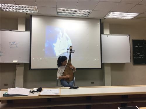 演講者現場演奏琵琶名曲「十面埋伏」
