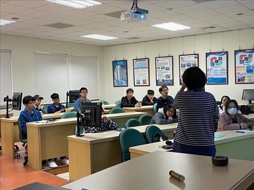 演講者與學生熱烈地探討問題