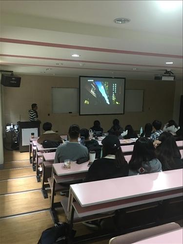 講師敘述他為台灣房屋做的企劃文案