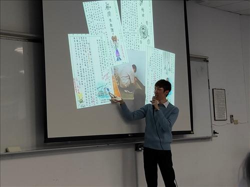 老師解說自己在週記上作畫的故事,並且鼓勵學生在日常生活中發現不同的樂趣