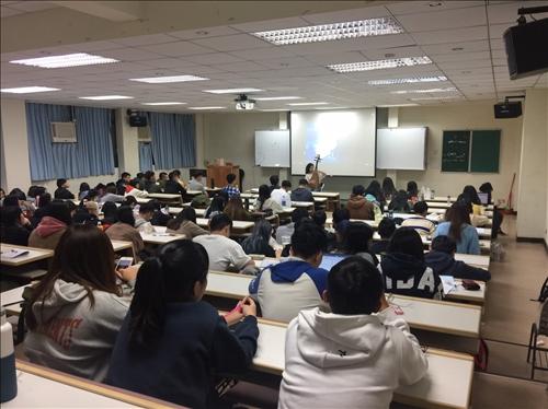 學生認真欣賞演講者的表演