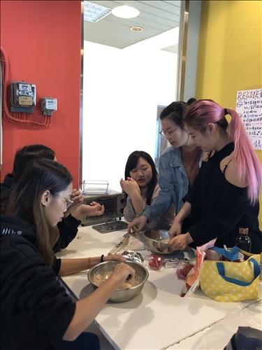 飲品社社員指導學妹如何製作薑餅人的麵團