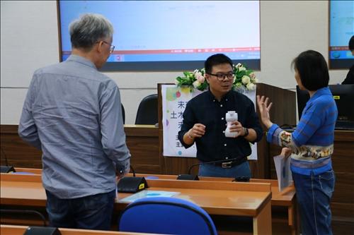 與教師們討論創新教學內容與設計