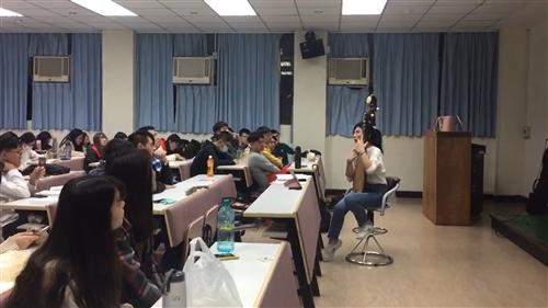 學生認真理解,演講者說明琵琶構造